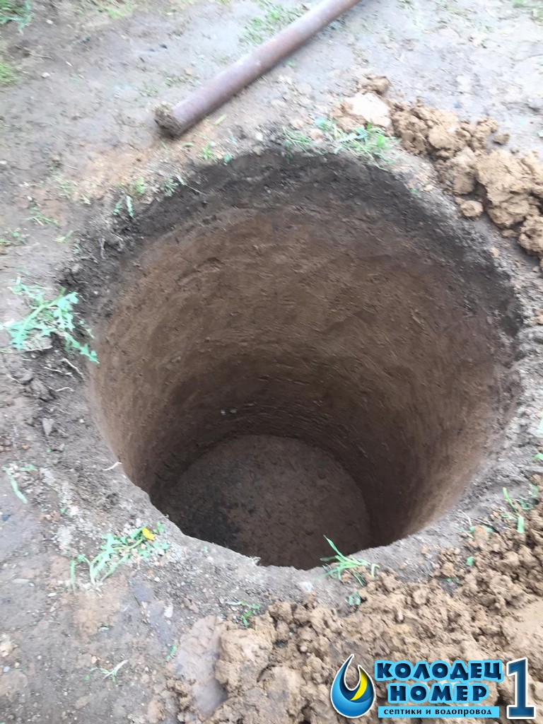 нашли воду на участке, начинаем рытье колодца