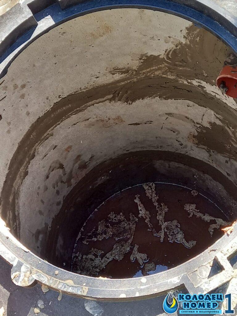 переливы бетонных септиков - вид внутри шахты септика