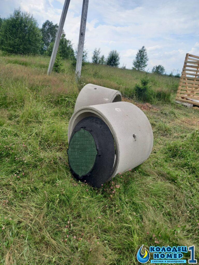 кольца и крышка с люком для бетонного септика на участке